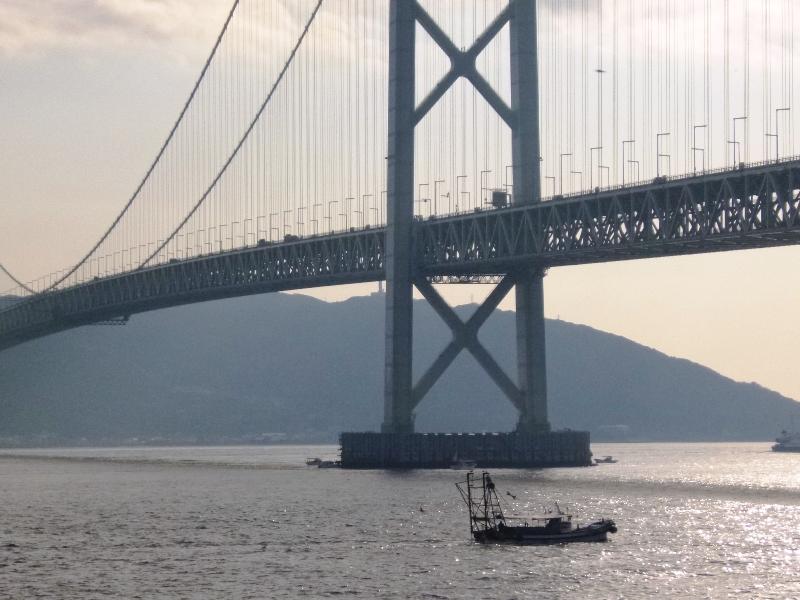 明石海峡大橋の漁船