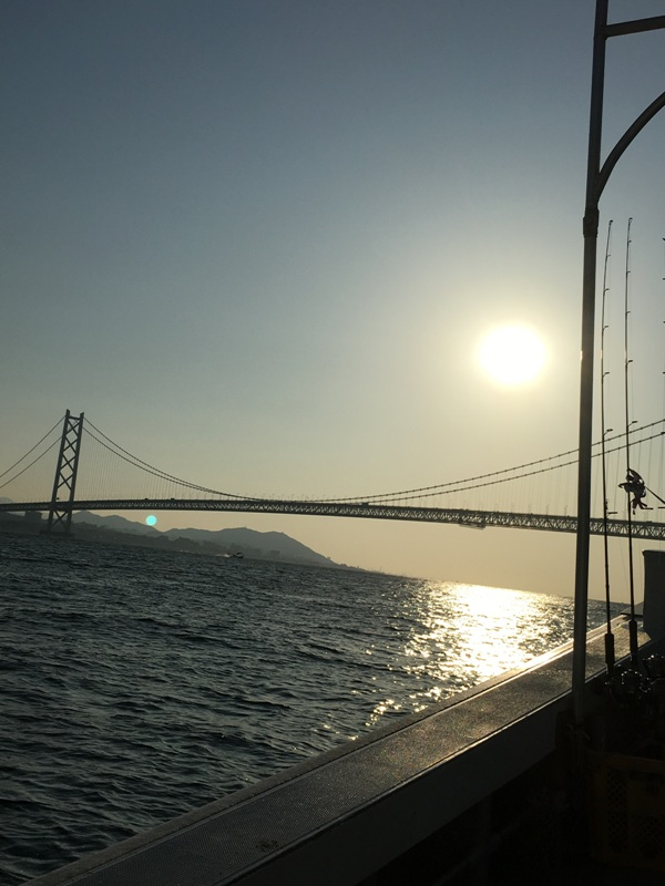 早朝の明石海峡大橋